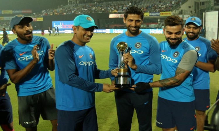 Ashish Nehra given a memento by the team india for his remarkable contribution