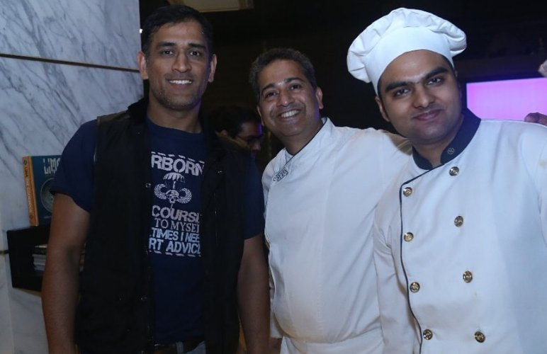 Dhoni At Kohlis Restaurent In Delhi Images in Hindi