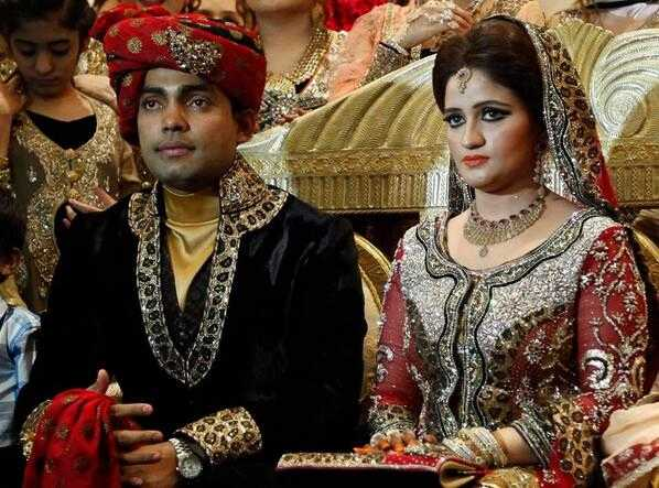 Umar Akmal With His Wife Images in Hindi
