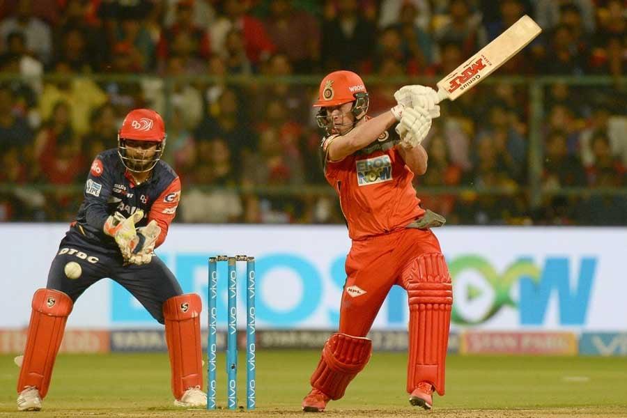 आईपीएल 2018 मैच के दौरान एक्शन में रॉयल चैलेंजर्स बैंगलोर के एबी डिविलियर्स फोटो
