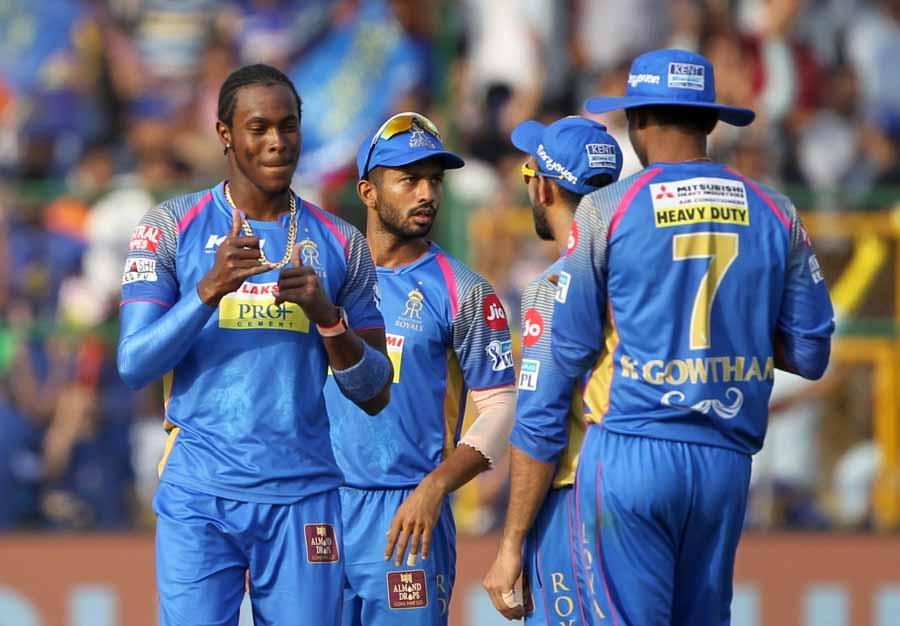 राजस्थान रॉयल्स के जोफ्रा आर्चर शाकिब अल हसन की विकेट का जश्न मनाते हैं फोटो