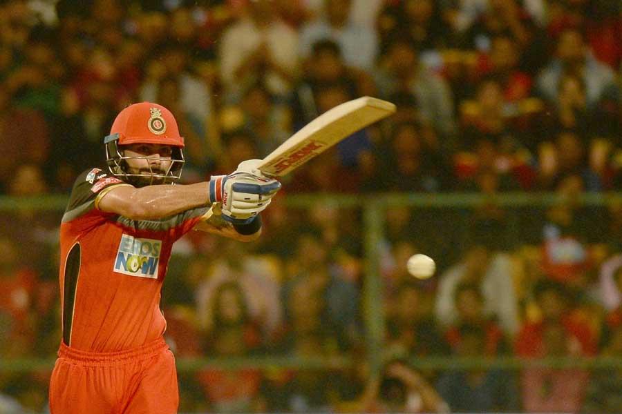आईपीएल 2018 मैच के दौरान रॉयल चैलेंजर्स बैंगलोर कप्तान विराट कोहली एक्शन में फोटो