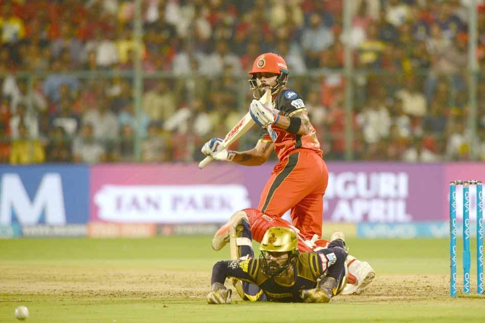 आईपीएल 2018 मैच के दौरान रॉयल चैलेंजर्स बैंगलोर विराट कोहली एक्शन में फोटो