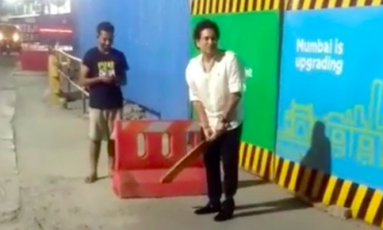 Sachin Tendulkar plays gully cricket in Mumbai