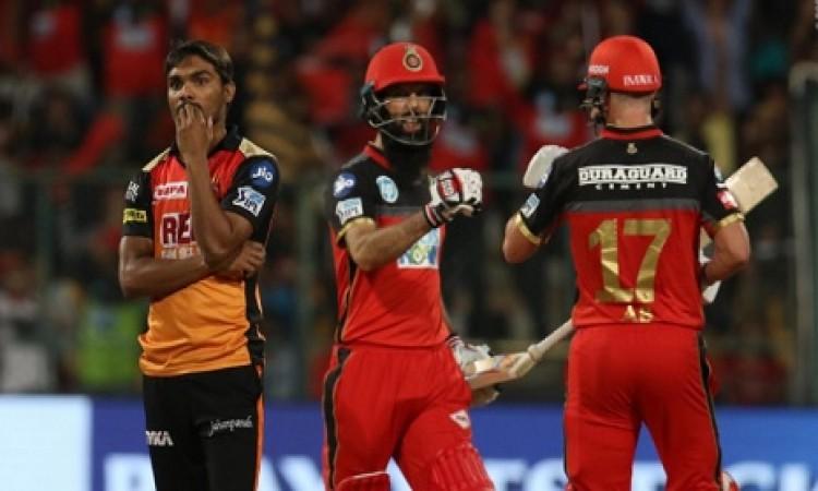 एबी डीविलियर्स और मोईन अली की धमाकेदार पारी, हैदराबाद को 219 रनों का टारगेट Images
