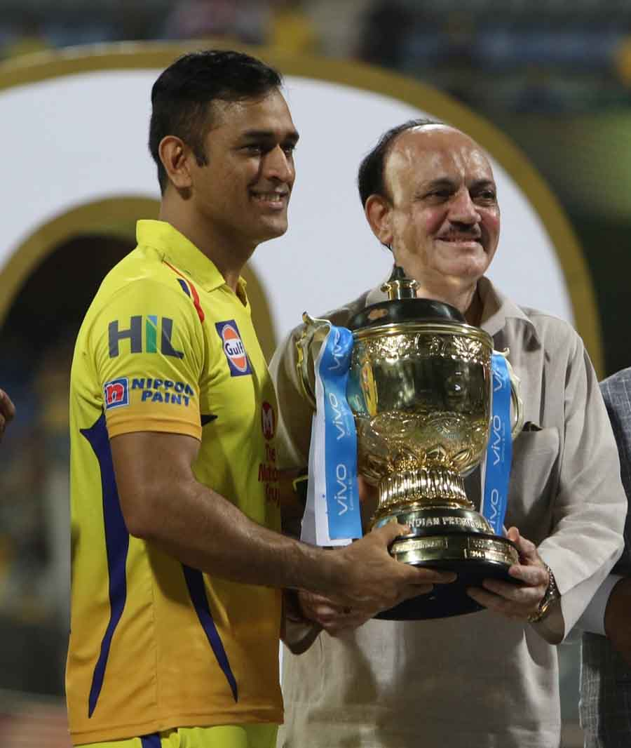 BCCI Acting President CK Khanna Presents IPL 2018 Trophy To Chennai Super Kings Captain MS Dhoni At