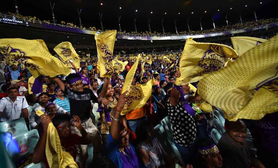 Fans Cheer During An IPL 2018 Match Between Kolkata Knight Riders And Rajasthan Royals Images in Hindi