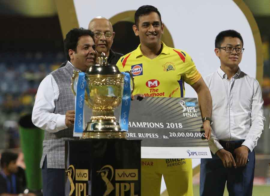 IPL Chairman Rajeev Shukla Presents The Winners Cheque To Chennai Super Kings Captain MS Dhoni Image in Hindi