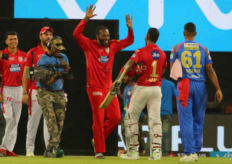 Kings XI Punjab Chris Gayle And Lokesh Rahul Celebrate After Winning An IPL 2018 Images in Hindi
