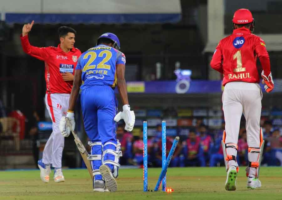 Kings XI Punjabs Mujeeb Ur Rahman Celebrates Fall Of Jofra Archers Wicket During An IPL 2018 Images in Hindi