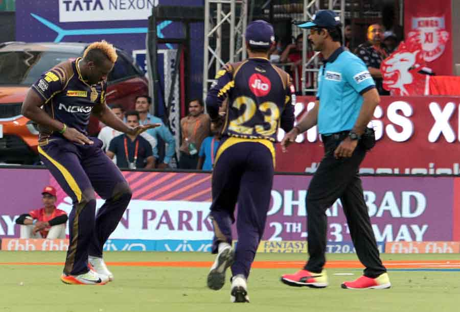 Kolkata Knight Riders Andre Russell Celebrates Fall Of Chris Lynns Wicket During An IPL 2018 Images in Hindi