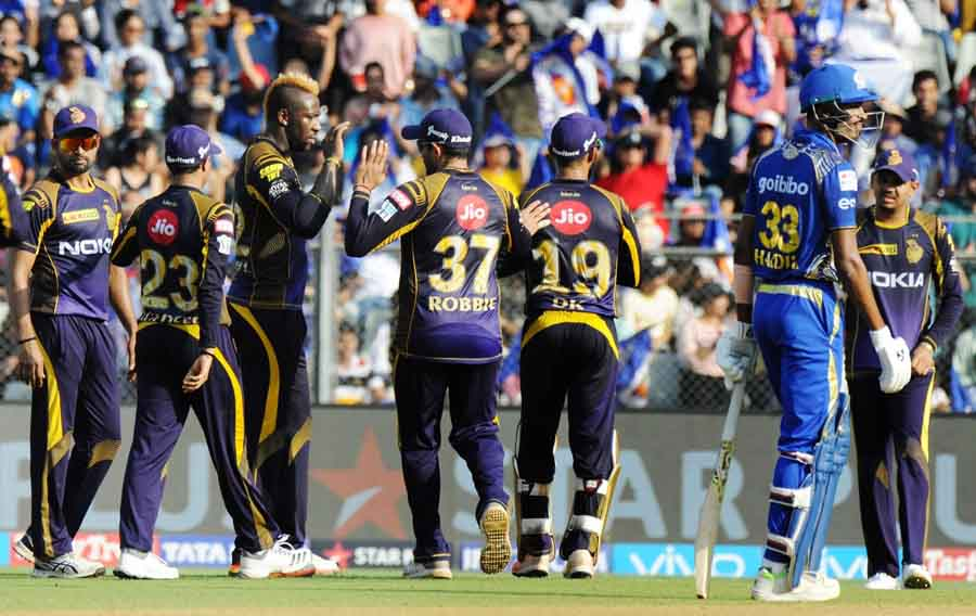 Kolkata Knight Riders Andre Russell Celebrates Fall Of Kunal Pandiyas Wicket During An IPL 2018 Imag in Hindi