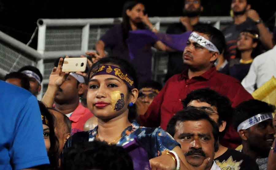 Kolkata Knight Riders Fans Cheer During The Eliminator Match Of IPL 2018 Match Images in Hindi