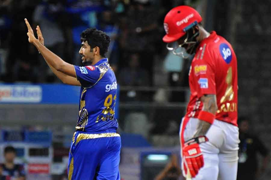 Mumbai Indians Jasprit Bumrah Celebrates Fall Of Aron Finchs Wicket During An IPL 2018 Images in Hindi