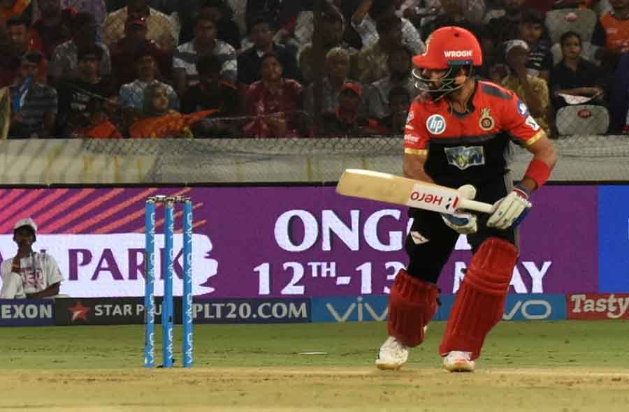 Royal Challengers Bangalores Manan Vohra In Action During An IPL 2018 Images in Hindi