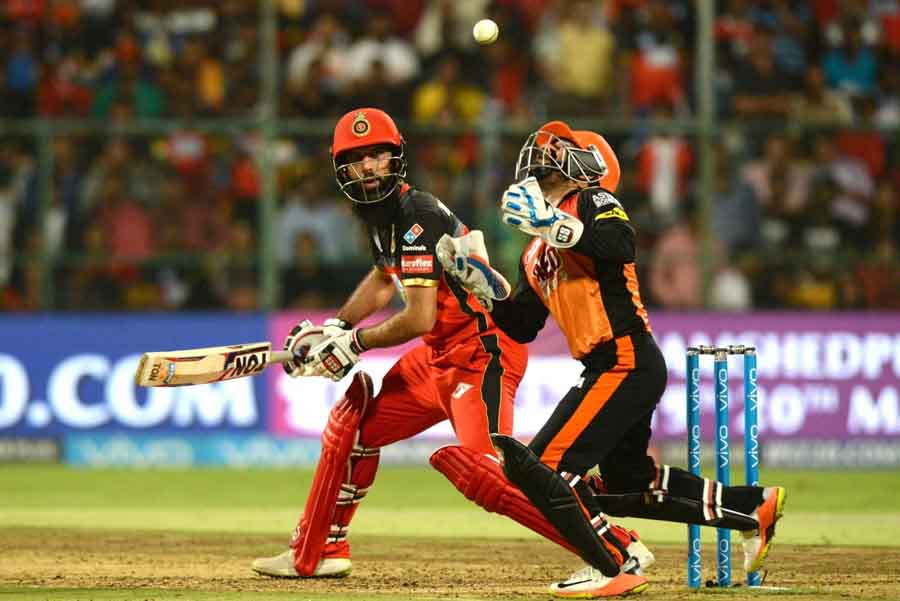 Royal Challengers Bangalores Moeen Ali In Action During An IPL 2018 Game Images in Hindi