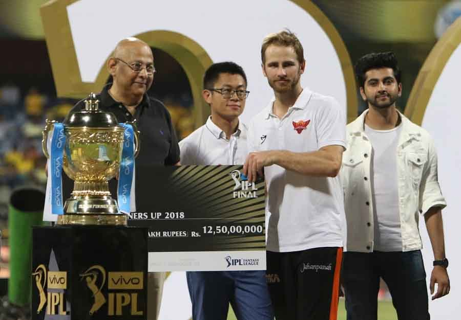 Sunrisers Hyderabad Skipper Kane Williamson Receives The IPL Runners Up 2018 Award During The IPL 20 in Hindi