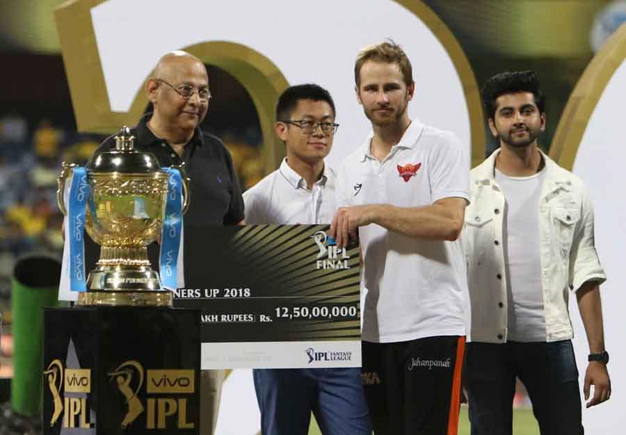 Sunrisers Hyderabad Skipper Kane Williamson Receives The IPL Runners Up 2018 Award During The IPL 20