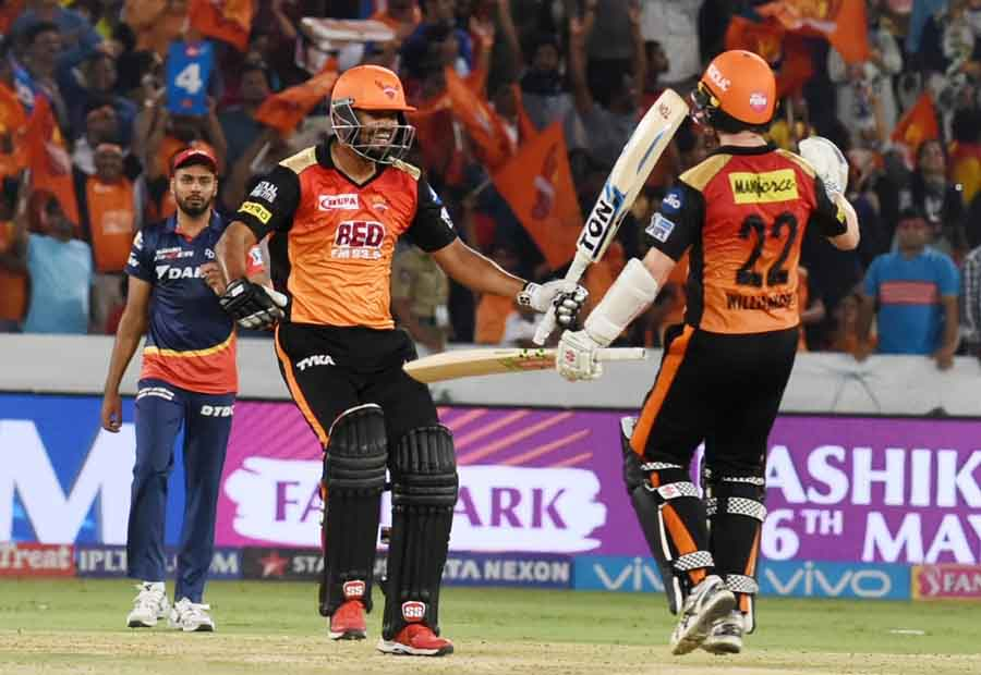 Sunrisers Hyderabads Yusuf Pathan And Kane Williamson Celebrate After Winning An IPL 2018 Images in Hindi