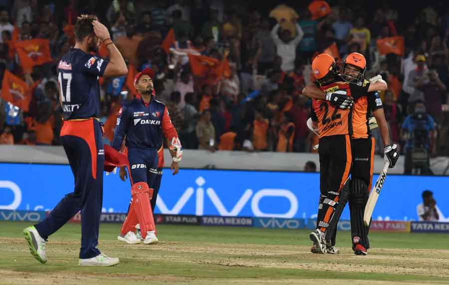 Sunrisers Hyderabads Yusuf Pathan And Kane Williamson Celebrate After Winning An IPL Match 2018 Imag in Hindi