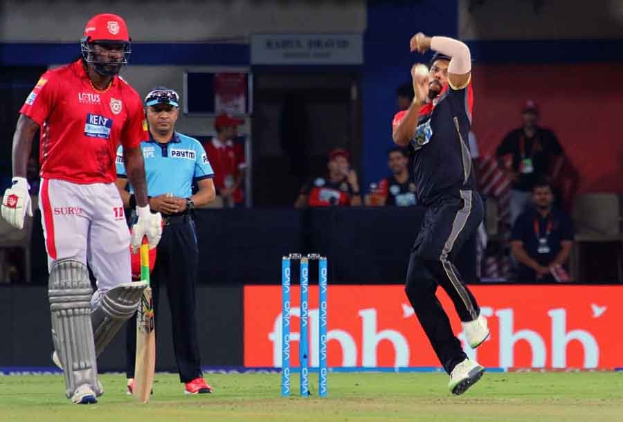 Umesh Yadav Of Royal Challengers Bangalore In Action During An IPL 2018 Match Images in Hindi