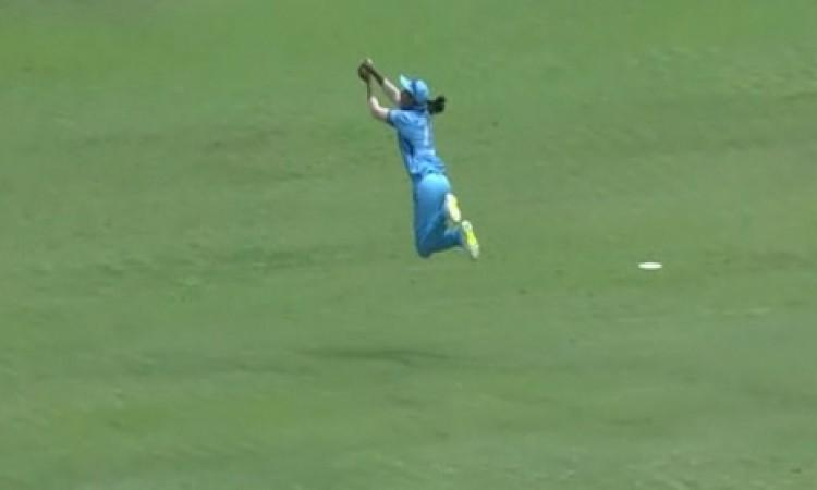 VIDEO हरमनप्रीत कौर ने लपका एक बेहद की चौंकाने वाला कैच, देखकर चकित रह जाएंगे आप Images