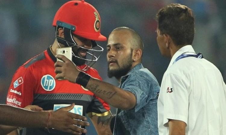 दिल्ली के खिलाफ मैच के दौरान विराट कोहली से मिला सेल्फी लेने वाला फैन, देखकर हर कोई हैरान VIDEO Imag