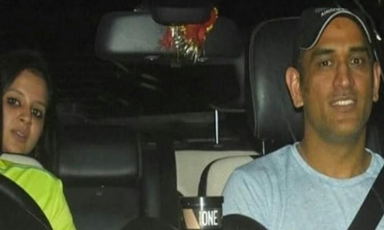 PICS: जब आधी रात को बॉलीवुड के दबंग सलमान खान से मिलने पहुंचे धोनी Images