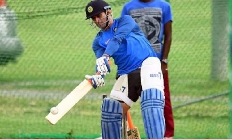 इंग्लैंड दौरे के लिए धोनी कर रहे हैं ऐसी तैयारी, इन दो गेंदबाज की गेंदबाजी पर जमकर कर रहे हैं अभ्यास