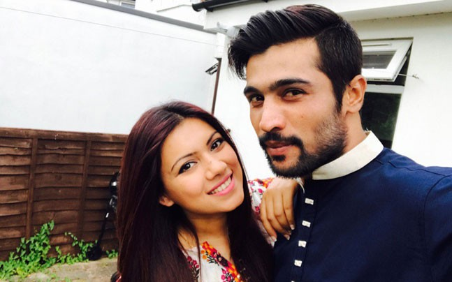 Mohammad Amir With His Wife Narjis Khatun Images in Hindi