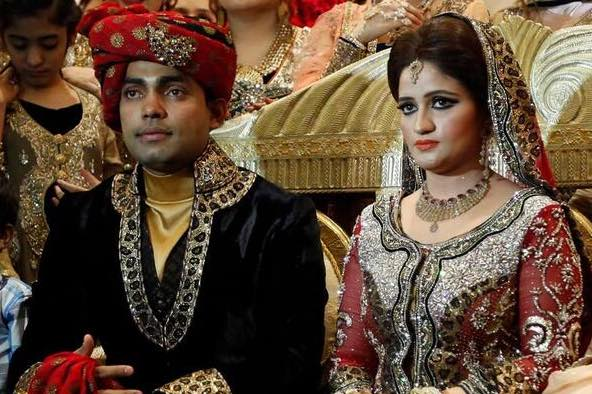 Umar Akmal With His Wife Noor Amna Images in Hindi