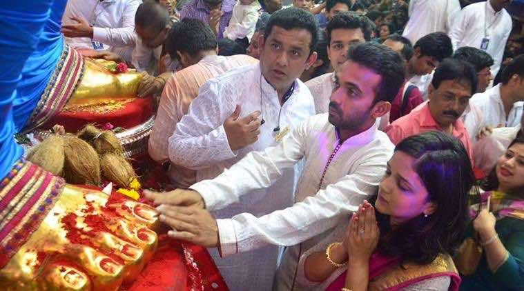 मंदिर में अजिंक्य रहाणे अपनी पत्नी राधिका धोपावकर के साथ फोटो