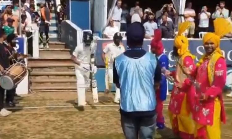 VIDEO जब भारतीय बल्लेबाज दिनेश कार्तिक और हार्दिक पांड्या का स्वागत भांगड़ा डांस से किया गया Images
