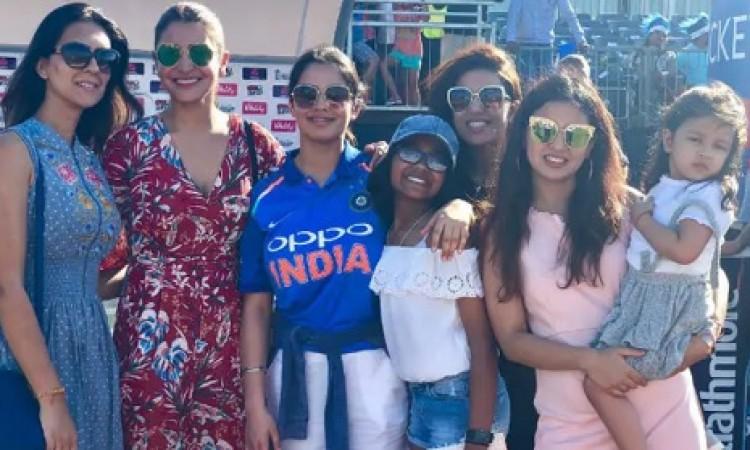 तीसरे टी-20 में अनुष्का शर्मा, साक्षी और जीवा टीम इंडिया का इस तरह से कर रही थी सपोर्ट Images