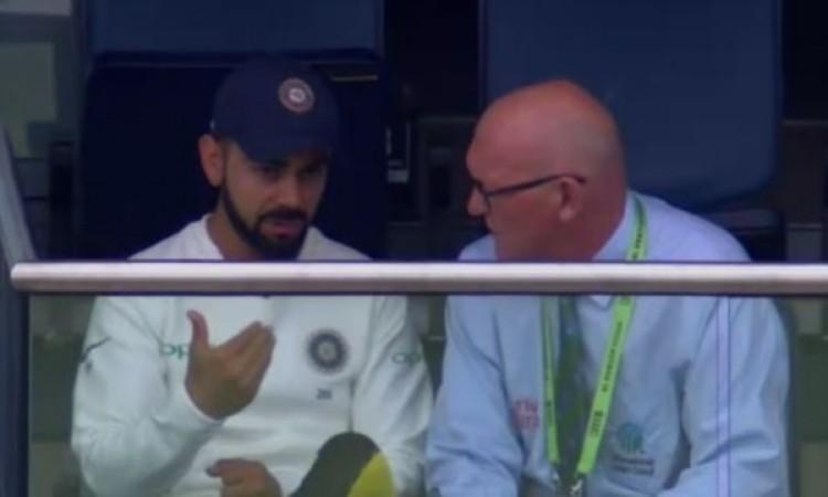 तीसरे दिन मैच रैफरी के साथ बात करते हुए देखे गए कोहली, जानिए मैच के दौरान क्या गड़बड़ हुई Images