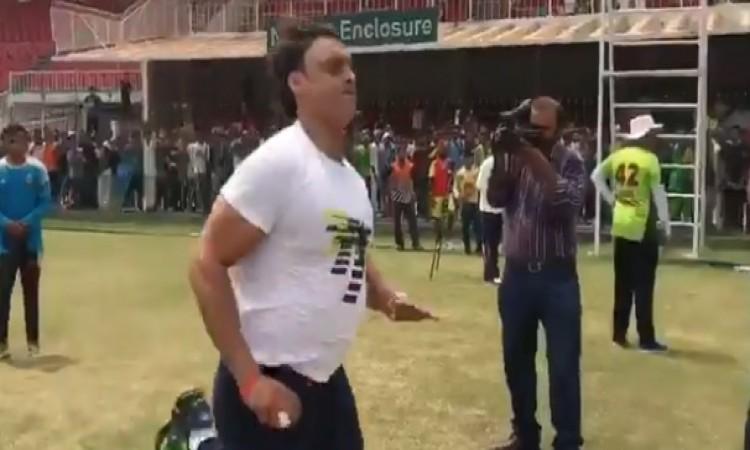 रावलपिंडी एक्सप्रेस शोएब अख्तर ने की मैदान पर वापसी, गेंदबाजी कर दिखाया अपना जलवा VIDEO Images