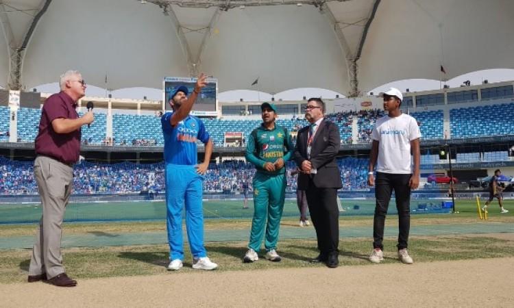 भारत के खिलाफ पाकिस्तान ने जीता टॉस, पहले बल्लेबाजी करने का फैसला किया UPDATE Images