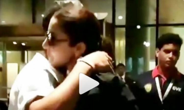 WATCH देखिए कैसे कोहली ने अपनी वाइफ अनुष्का शर्मा को एयरपोर्ट पर गले से लगा लिया Images