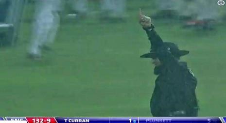 इंग्लैंड - श्रीलंका के 5वें वनडे मैच के दौरान अंपायर अलीम डार ने ऐसी भावना दिखाकर जीत लिया हर किसी क