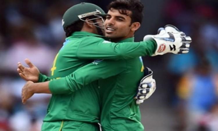 पाकिस्तान के लेग स्पिनर शदाब खान हुए चोटिल, ऑस्ट्रेलिया के खिलाफ पहले टेस्ट से हुए बाहर Images