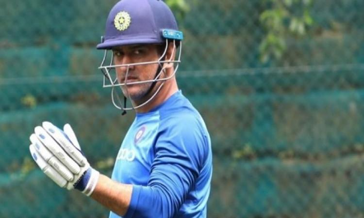 Update: चोट की वजह से तीसरा वनडे नहीं खेल पाए थे धोनी, अब चौथे वनडे में खेलेंगे या नहीं आई खबर Image