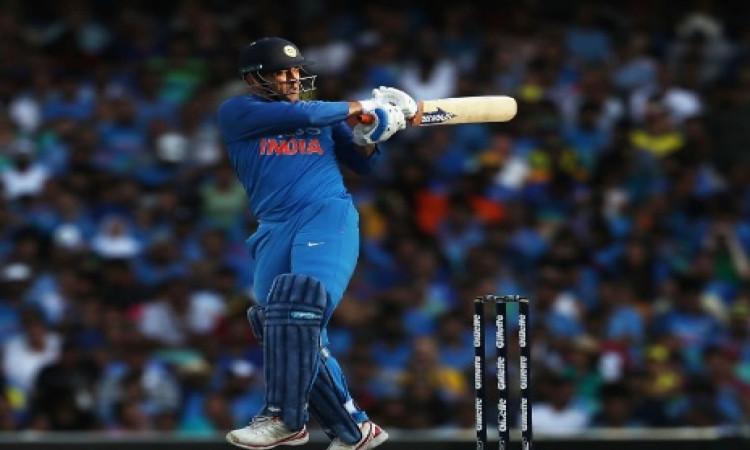 धोनी 51 रन बनाकर हुए आउट, रोहित शर्मा के साथ शतकीय साझेदारी कर बना दिए खास रिकॉर्ड Images