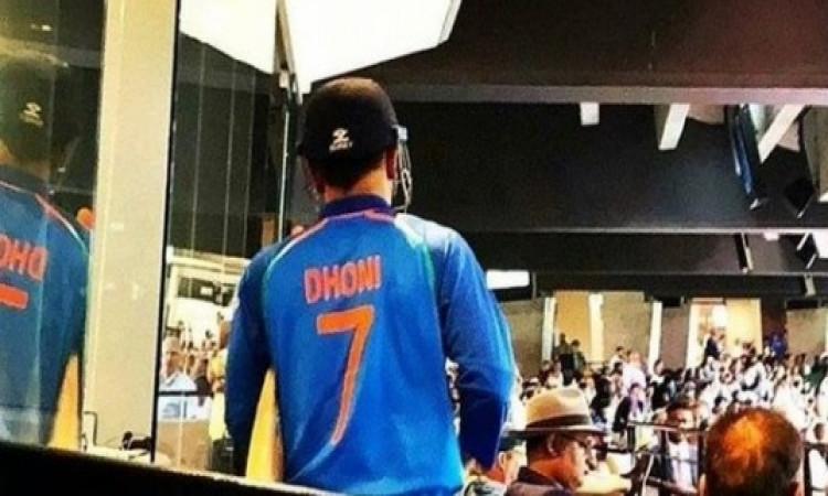 WATCH देखिए मेलबर्न वनडे में जब धोनी ने जीताया मैच तो फैन्स ने इस तरह से सम्मान देकर जीत लिया दिल Im