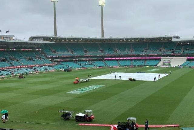 UPDATE: खराब रोशनी के कारण मैच रूका, जानिए कब शुरू हो सकता है दोबारा मैच Images