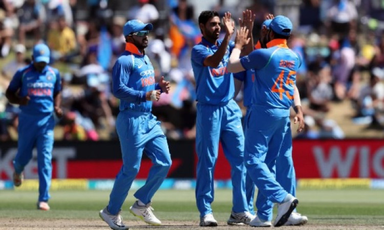 भारतीय तेज गेंदबाजों का कमाल, तीसरे वनडे में भारत को 244 रन का टारगेट Images