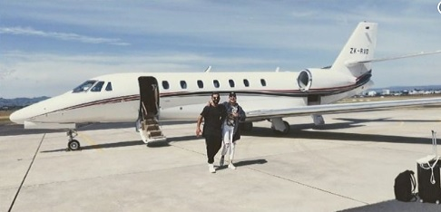 न्यूजीलैंड के खिलाफ सीरीज से बाहर होकर विराट कोहली अपनी खूबसूरत वाइफ के साथ छुट्टियों पर निकले Image