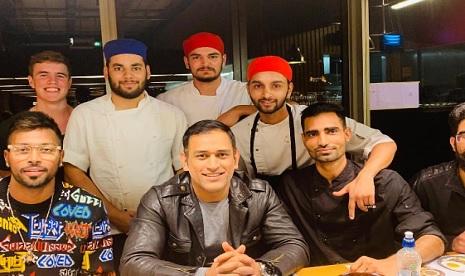 आखिरी वनडे से पहले हार्दिक पांड्या और धोनी ने एक साथ रेस्टोरेंट में डिनर करते हुए आए नजर, फैन्स हुए
