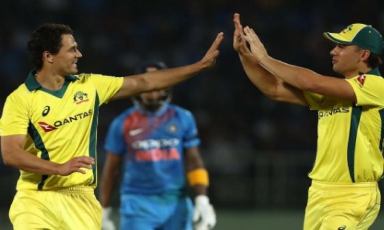 ऑस्ट्रेलियाई गेंदबाजों ने बांधा भारतीय बल्लेबाजों को, भारत ने दिया केवल 127 रनों का टारगेट Images
