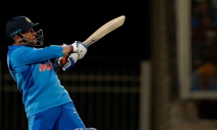 माइकल क्लार्क  ने सीधे तौर पर कहा,  धोनी का अनुभव ही भारतीय टीम को बनाता है मजबूत Images