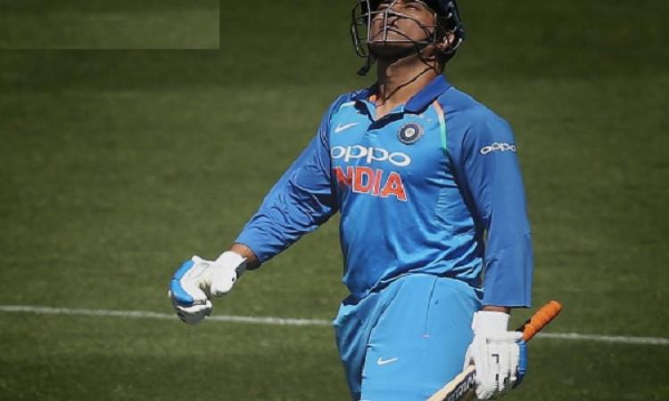 दूसरे वनडे में धोनी गोल्डन डक पर हुए आउट, वनडे में 5वीं बार हुआ ऐसा Images